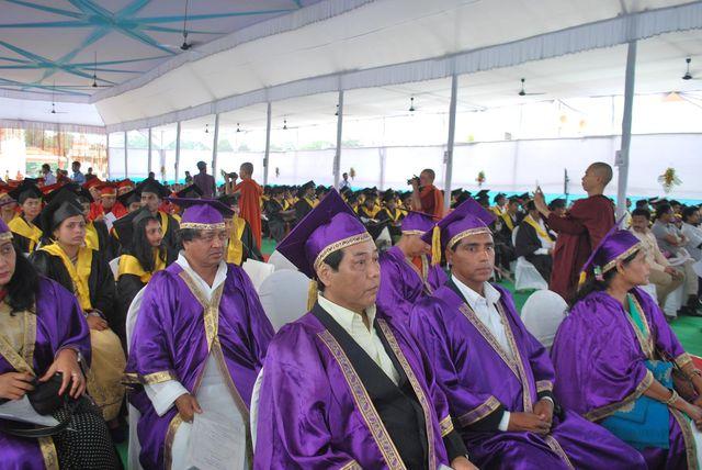 (学位授与を待つ博士(紫帽)、修士(赤帽)、学士(黒帽)合格の面々。 最前列で緊張するロプサン(左)とバレシュワール(その右)両君。 ナーランダ大学・大講堂で